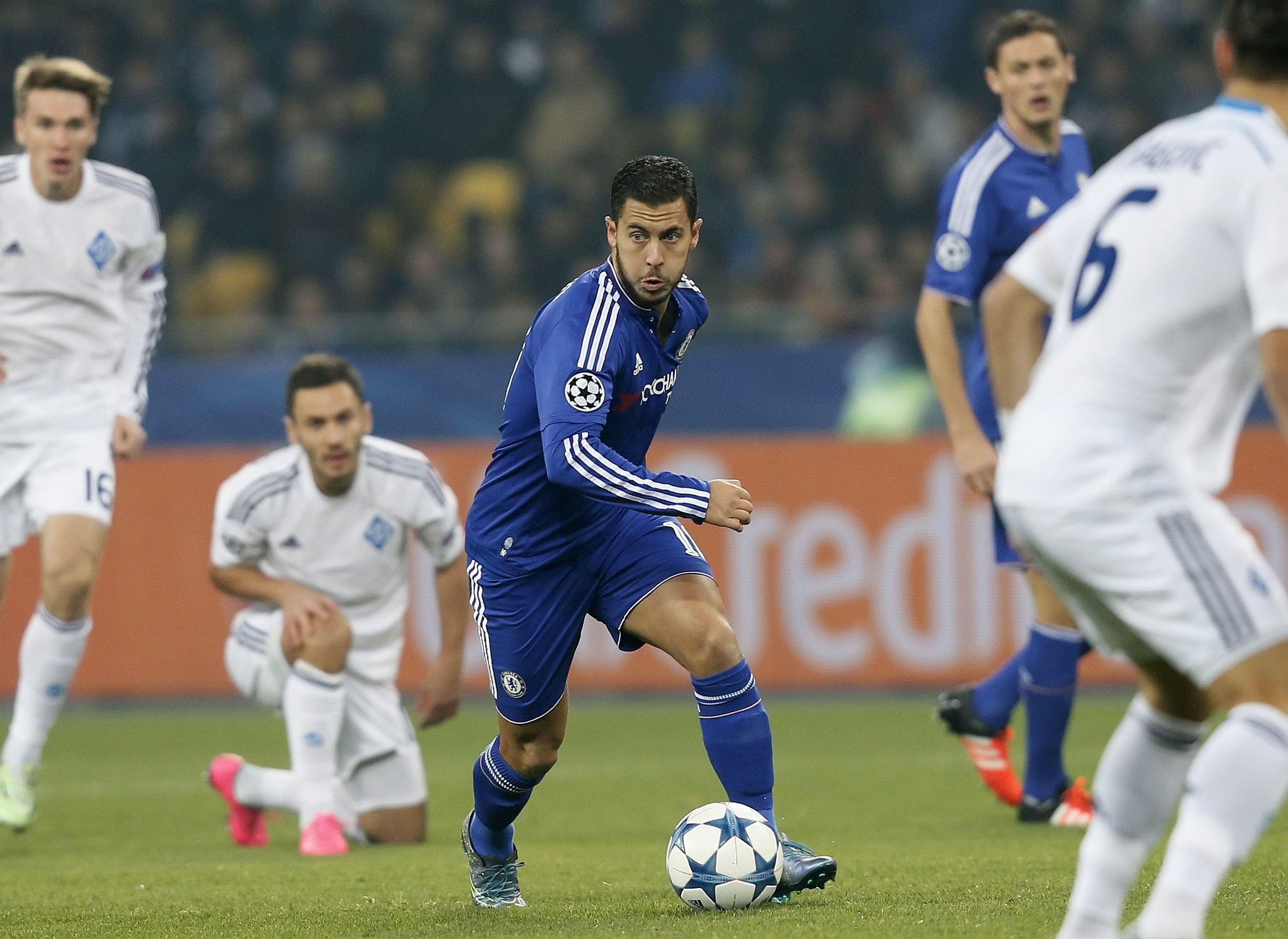 epa04985879 Eden Hazard (C) of Chelsea vies for the ball with Aleksandar Dragovic (R) of Dynamo during the UEFA Champions League group stage, Group G, soccer match between Dynamo Kyiv and Chelsea at the Olimpiyskiy stadium in Kiev, Ukraine, 20 October 2015. EPA/SERGEY DOLZHENKO